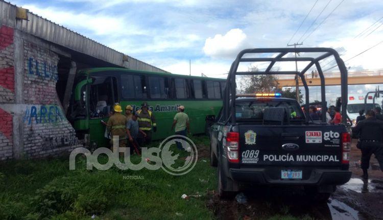 Photo of Intentan asaltar camión de pasajeros y chófer choca; al menos hay 7 heridos
