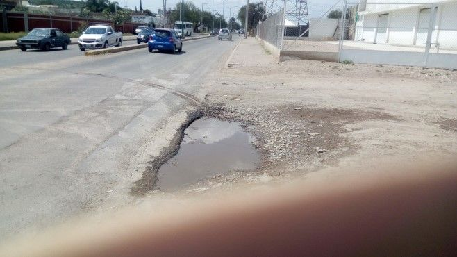 Photo of Baches, socavones y banquetas rotas en bulevar Arandas