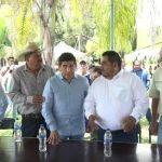 Juan Gabriel Villafaña va con Torres Graciano; da espalda al gobernador