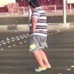 """Detienen a adolescente por bailar """"La Macarena"""" en la vía pública"""
