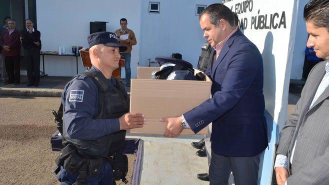 Photo of Entregan uniformes y equipo a elementos de seguridad pública