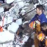 Japoneses hacen reverencia cuando sacan cuerpo de mujer fallecida, en temblor