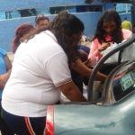 Jóvenes llevan comida a familiares de pacientes en el HG