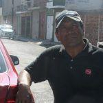 """""""Me entrego de corazón al vehículo"""": """"Juanito"""" lava coches"""