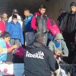 Rescatan a 29 migrantes abandonados en la caja de un tráiler en Puebla