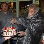 Festejan cumpleaños a Don Jesús, conocido indigente en Irapuato