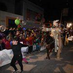 Reyes Magos cabalgan en Irapuato; miles de niños felices