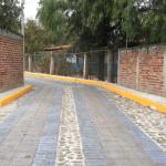 Una calle urbanizada mejora el acceso de tres planteles educativos