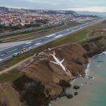 Avión en Turquía se sale de la pista y se queda a metros del Mar Negro