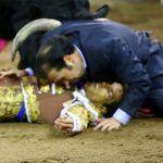 Hermano de un torero salta al ruedo y lo salva de una segunda embestida