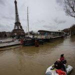 Inundaciones amenazan París; cierran carreteras y túneles