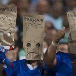 """""""Le voy al Cruz Azul, pero me da pena""""; aficionados se cubren con bolsas de papel"""