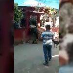Militares sueltan féretro y el cuerpo cae al suelo (Video)