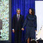 Obama bromea sobre canas y orejas en presentación de retrato oficial