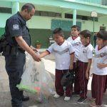 Alumnos de primarias Cuna de Hidalgo y Revolución intercambian juguetes bélicos