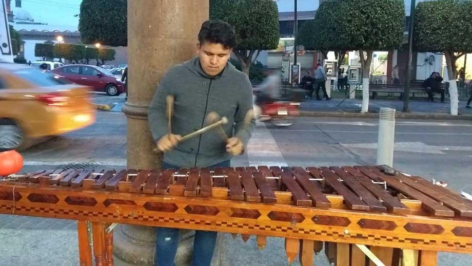 """Photo of """"Hacer lo que me gusta me da de comer"""": Jonathan, músico local"""