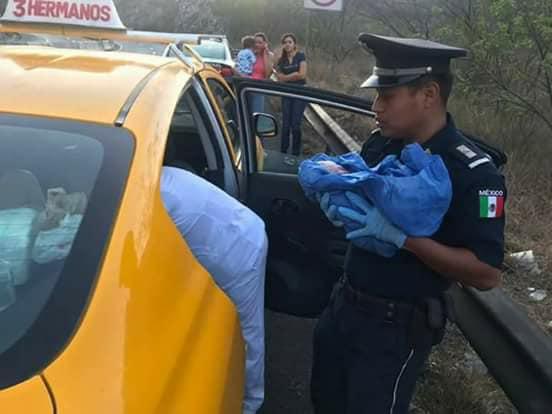 Photo of Mujer da a luz en un taxi auxiliada por elementos de Gendarmería