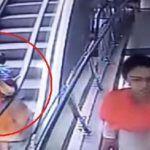 Deja caer a bebé de escaleras eléctricas por tomarse selfie #Video
