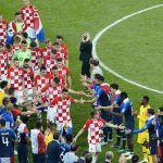 ¡Detallazo de campeonato! Franceses festejaron el título con aguacero y pasillo a Croacia