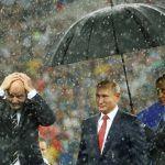 El paraguas de Putin y el momento más incómodo de la premiación del Mundial