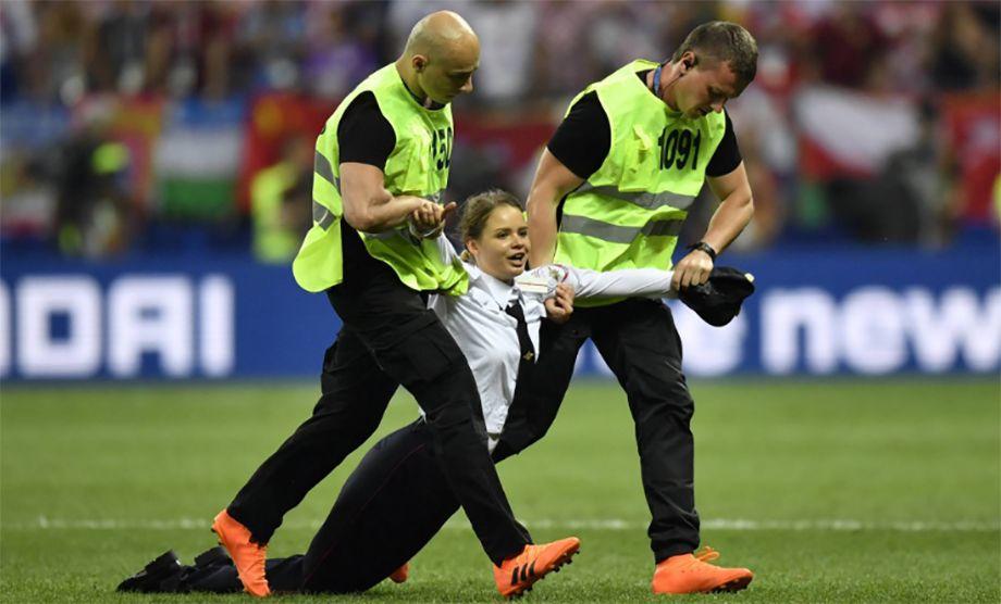Photo of Pussy Riot irrumpe en la final del Mundial