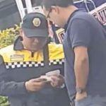 """Captan a policía de tránsito recibiendo """"mordida"""" de automovilista"""