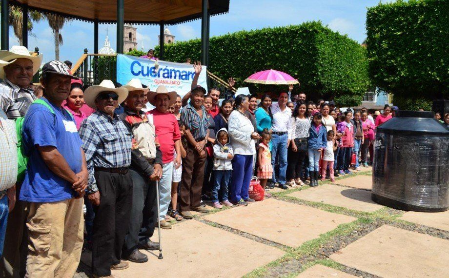 Photo of Entrega alcalde 106 tinacos a familias cueramarenses