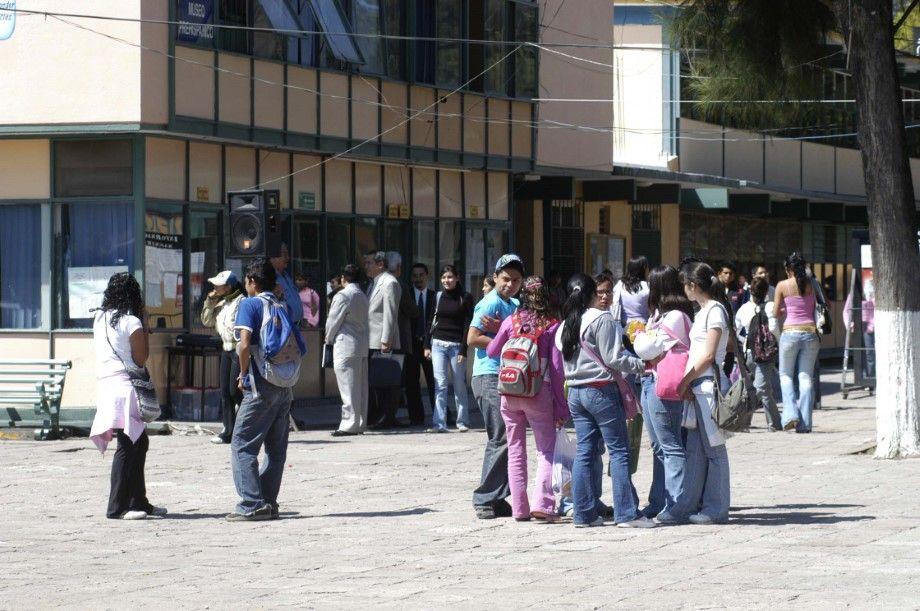 """Photo of Invitan a jóvenes a que sigan estudiando la preparatoria """"hay suficientes espacios"""": Godoy Alvarado"""