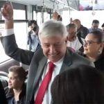 Causa sensación en redes video de AMLO viajando en camión al aeropuerto de la CDMX