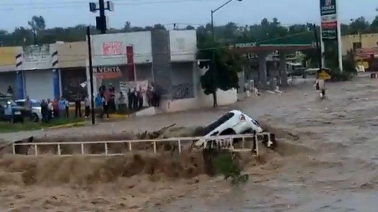 Photo of Lluvia en Los Mochis inunda casas y… ¡hasta se 'traga' un auto!