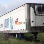 Hallan trailer cargado de 157 cadáveres