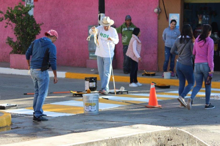 Photo of Funcionarios realizan labores de pintura en guarniciones banquetas y pasos peatonales de Cuerámaro