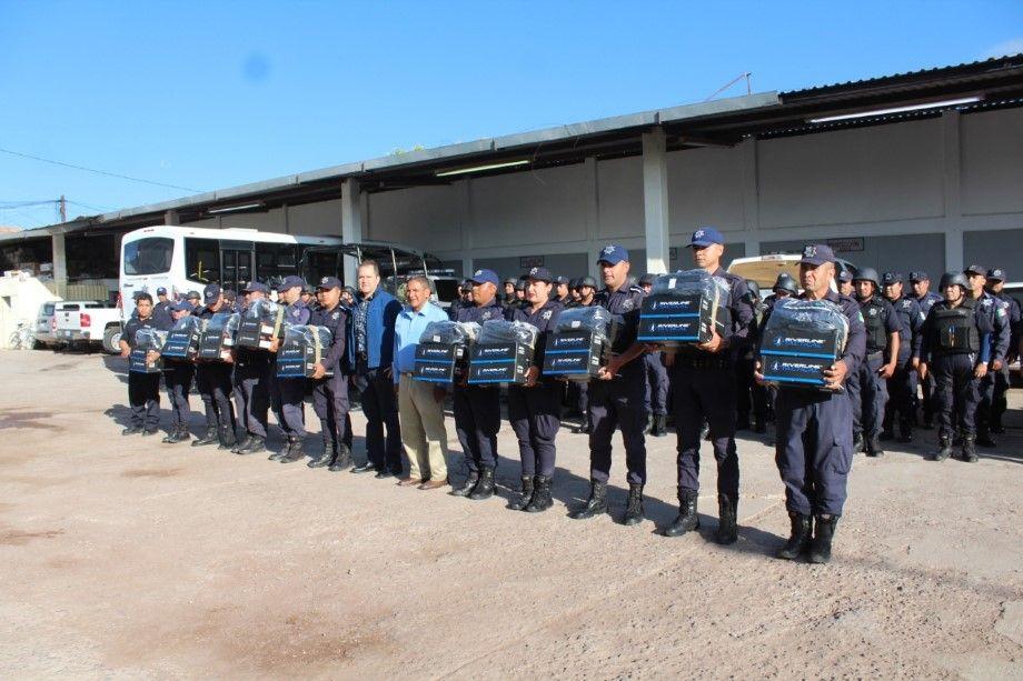 Entregan-equipo-policial-en-Pénjamo-1-Personalizado.jpeg