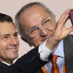 """Peña Nieto y su reacción al tomarse selfie con """"AMLOVE"""""""