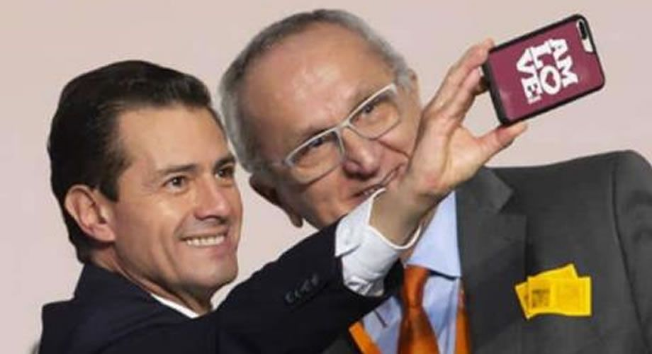 "Photo of Peña Nieto y su reacción al tomarse selfie con ""AMLOVE"""