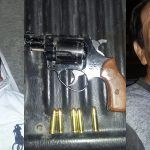Detienen a dos por intento de robo en Estafeta; les aseguran revólver