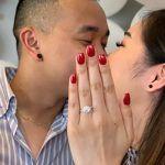 Joven le pide matrimonio a su novia y le pone el anillo a su prima