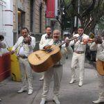 """Mariachis y Adelitas le cantan """"Las mañanitas"""" a AMLO"""
