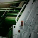 Compactadora de camión prensa a empleado de limpia