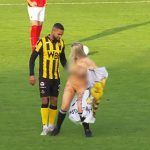 Stripper interrumpe juego de futbol e intenta bailarle a jugador