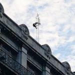 Hombre amaga con aventarse desde una antena en el Centro de la CDMX