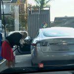 Intenta desesperadamente cargar gasolina en un auto eléctrico y desata burlas (video)