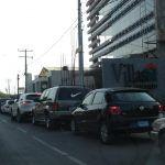 Pernoctan en autos para cargar gasolina