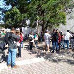 Continúan filas de ciudadanos para recibir apoyos federales