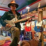 Encanta Johnny Deep con su look rockero