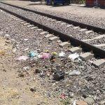 Migrantes descansan y comen sobre las vías pero no levantan su basura