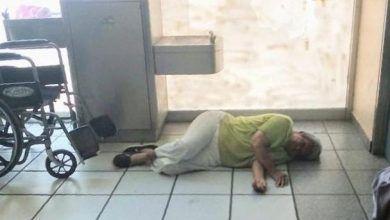 Photo of Mujer en silla de ruedas toma una siesta mientras espera su medicamento en el IMSS de Irapuato