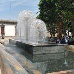Tiran basura dentro de la Fuente de la Plaza Principal