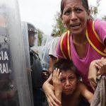 Policías mexicanos frenan a la fuerza a caravana de migrantes hondureños