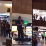 """Musicos interpretan el tema del """"Titanic"""" mientras se inunda plaza comercial"""